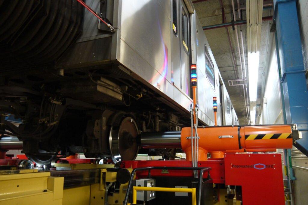Transit rail vehicle on underfloor wheel lathe